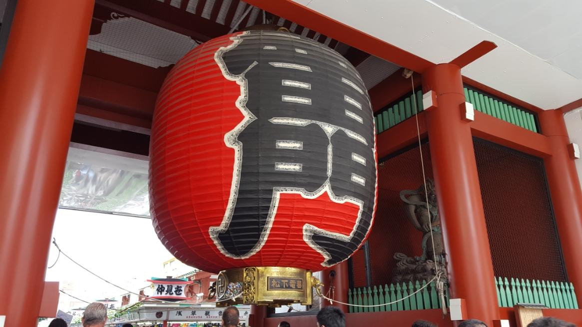 「雷門」は、THE東京!!とも言えるランドマークになっており、外国人にも日本の象徴として認知されています。 この門の歴史は、古く941年に平安時代中期の武将「平公雅(たいらのきんまさ)」によって初代の「雷門」に相当する門が作られたのに始まります。 しかし、その後に起きた火災によって何度も何度も焼失し、最後に慶応元年(1866年)の火災により焼失して以来、仮設での門を除くと100年近く雷門は無くなっていました。 そして、我々が今日見ている「雷門」は、1960年にパナソニック(当時、松下電器産業)の創設者、松下幸之助が病気の折に浅草寺にお参りした所、快癒しそのお礼として門と大提灯を寄進した物となります。 なので、提灯の下には「松下電器産業」と刻まれているので観てみてください! また、門の両脇にある風神・雷神の像は江戸時代の頭部(火災によって残った部分)と明治時代に入って作られた胴体を接合したものとなります。 知らず知らずのうちに見ていた門にも長い歴史があったのです。