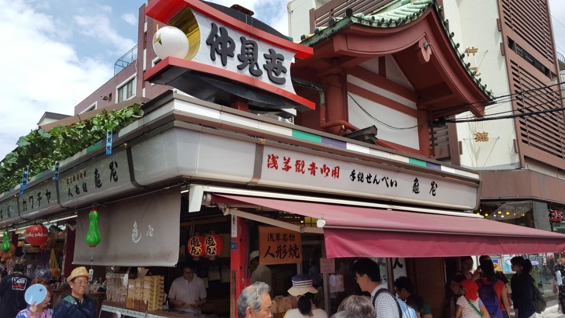 この商店が立ち並ぶ「仲見世」は、雷門から宝蔵門にかけて東側に54店舗、西側に35店舗が立ち並んでおり、外国人の好みに合わせた簡易な羽織や扇子、プラ製の日本刀等の日本グッズを販売している胡散臭いお店があったり、ちゃんとした名物の人形焼きを扱う店まで玉石混合で浅草の賑いに華を添えています!