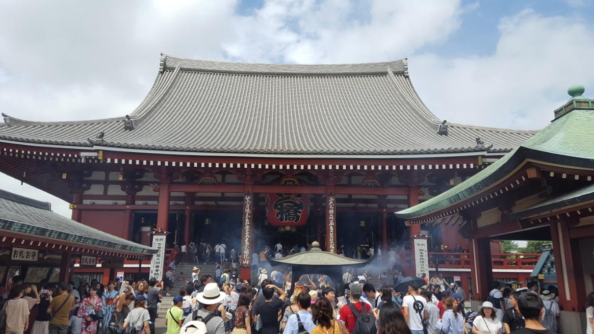 体の悪い部分に煙を浴びせる姿をよく見る浅草寺の大香炉が見えました(^-^)/