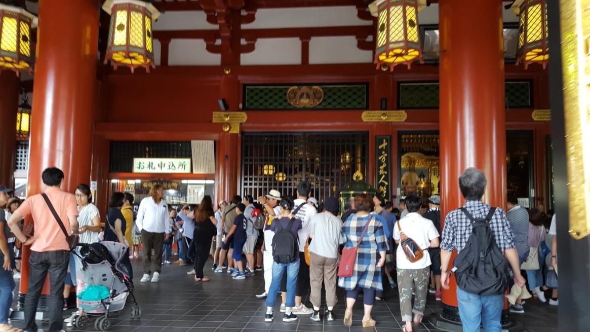 聖観音像が安置される本堂は「観音堂」とも呼ばれています。 現在の御堂は、昭和33年に鉄筋コンクリート造りで再建されたものですが、元々は江戸時代の慶安2年(1649年)に再建された御堂で国宝にも指定されておりました。 しかし昭和20年の東京大空襲によって焼失してしまった歴史があります。 ここでの見所は、天井に描かれた「龍の図」と「天人散華の図」の天井画となります。