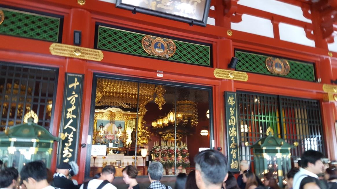 御堂中央の祭壇?には、絶対秘仏とされる「聖観音菩薩」が安置されており、毎年12月13日の開扉法要や特別な祭事にしか開扉は行われておりません。 しかし、その場合でも参拝者が目にする事が出来るのは「御前立体尊(お前立ち像)」のみで、「聖観音菩薩」を観る事は出来ません。 ちなみに、645年に「勝海上人」という僧が「聖観音菩薩」を絶対秘仏と定めて以来、誰一人見たことが無いと伝わります。 また、明治の廃仏稀釈の中、政府役人が「数百年間以上も誰も見た事が無いのに本当に有るのか?」と無理やり見ようとした所、転落し亡くなったと伝わります。 中には1寸5分(約4.5cm)程の黄金製?白金(プラチナ)製の仏像が安置されてると伝わります。
