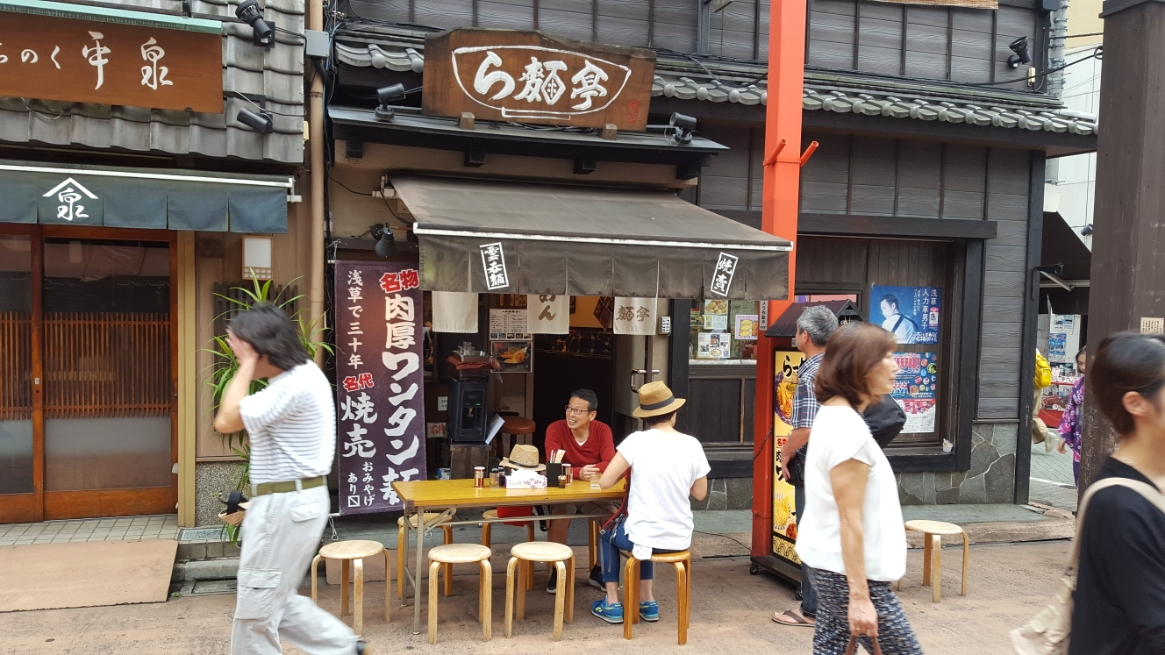 浅草に来て結構困るのが食事です。 この小さな浅草の町にキャパを超える凄まじい観光客が訪れており、どこもかしこも大混雑しています。 そんな中私がおススメするのは「伝法院通り」沿いにあるこのラーメン屋さんです! お勧めの理由は、「やすい」、「そこそこうまい」、「回転率が良い」の3点が魅力です。 ならんでも5分程で入る事が出来るのは魅力です。 でも、中には喰い終わっても、後ろに並んでいる人のことを気にせずに居座る輩もいますが、基本は食べたら直ぐ出る良心のある人が多いです! ≫≫ [ラーメン屋]の記録をみる ≪≪