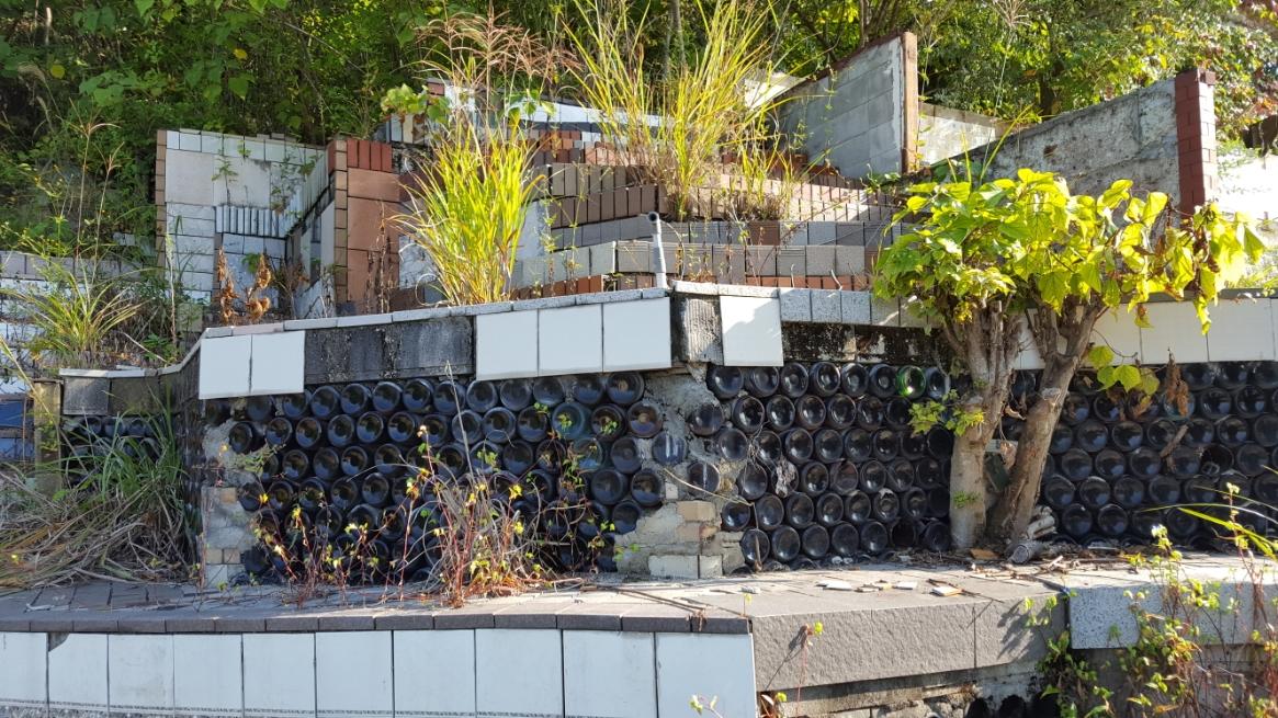上へと続く崩壊しつつある土台の一部には、膨大な数のビール瓶が使われています。
