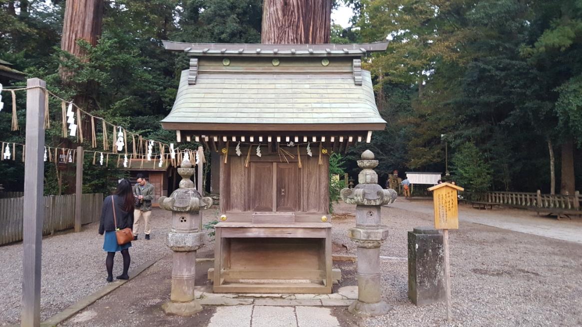 これより「本殿」へ参拝するのですが、本殿に詣でる前に「高房社」へ参拝するのが古例とされる為、先にこちらへ手を合わせます。 境内に入って正面の巨木の下に安置される「高房神社(たかふさじんじゃ)」には、祭神として「建葉槌神」が祀られています。 「建葉槌神」は、『日本書紀』によれば天香香背男討伐において武甕槌神によって派遣され活躍したと伝わります。 現在の社殿は元和五年(1619年)の本殿造替とともに造営されたものです。
