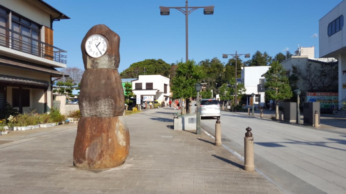串団子の様な石の台座に時計が埋め込まれた奇妙な時計台を通り「鹿島神宮」を目指します。 この参道沿いは、日曜日の昼間にも関わらずシャッターが閉まったお店が多く、寂れた感をヒシヒシと感じますが、昭和レトロな雰囲気を醸し出すこの町の空気は素敵です。 いつもこういうシャッター通りに来て思うのは、シャッターを閉めて寂れた町にしてしまうぐらいなら、お店をやってみたい人に固定資産税程度(ここだと年3万円ぐらいですか?)の負担でお店屋さんをさせてあげればいいのになぁーと思ってしまいす。 休日以外は儲からない立地なんですからそれぐらいは、するべきですよね。