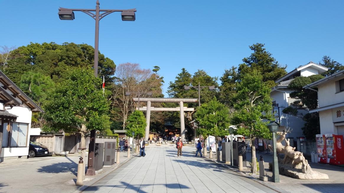 「一の鳥居」が見えてきました! この日は天気も良く絶好の参拝日よりです。 この「鹿島神宮」を訪れるにあたり、私は「何故、大和(奈良)から離れた僻地に「鹿島神宮」、「香取神宮」の様な重要な神社が建立されているのか?」を考えていました。 これは、私の勝手な理屈付けですが、島根の「出雲大社」は、元は大和朝廷に属さない別の政権と言われていますが時代を経て、大和に吸収合併されています。 その吸収は、今後「伊勢神宮」と同列には出来ないが、それに準じる待遇を持って平和裏に行われたと考えています。 そして、それと同様に今では僻地となっている鹿島や香取といった土地も、縄文時代の日本では圧倒的に人口が多いエリアであった為、この地も大和朝廷に吸収される時に、「出雲大社」と同様に遇されたのかな?と太古のロマンを想像していました。 (勝手な私の推測ですので他所で話すと恥をかきますよ!)