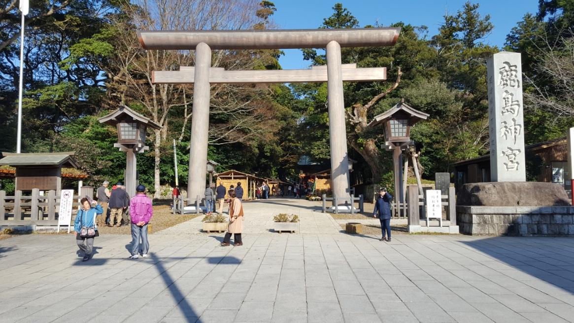 鹿島神宮の「大鳥居」に到着です。 この鳥居は元々は、石で作られた「石鳥居」だったそうですが、2011年の東北地方太平洋沖地震で倒壊してしまったそうで、その後に境内から4本の巨木を切り出し再建された木製の鳥居になっています。