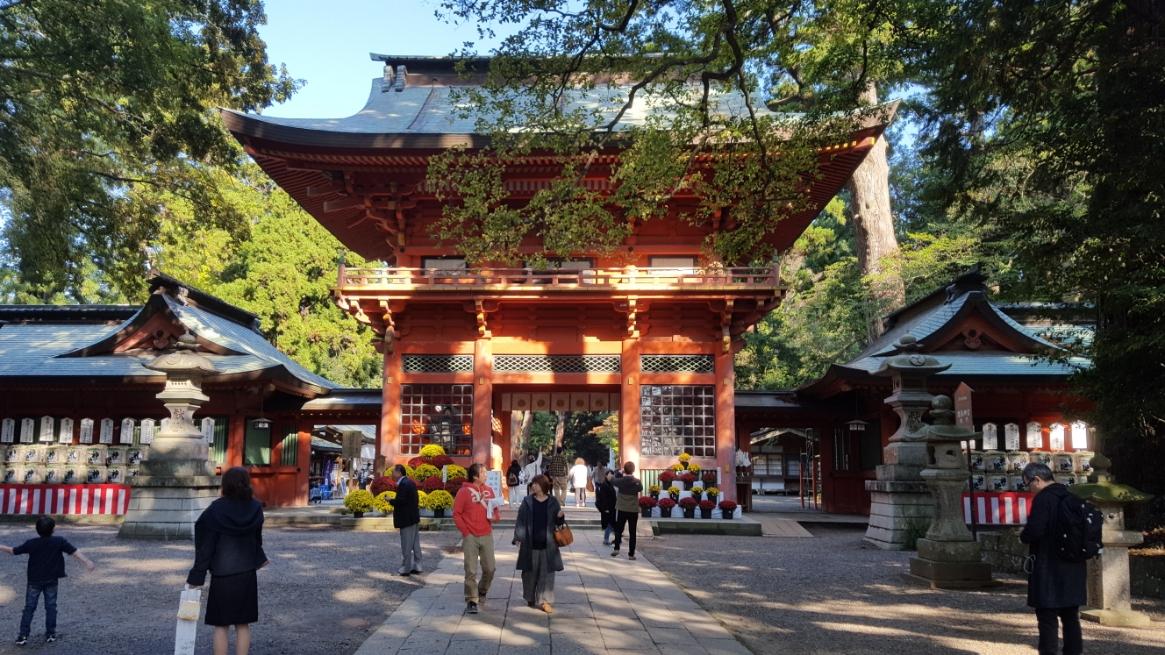 本殿へ立ちふさがるの立派な「楼閣」は、「日本三大楼閣」の一つに数えられる楼閣で江戸時代の寛永十一年(1634年)に初代水戸藩主 徳川頼房によって造営されたものです。 この門は御覧の通り「Japan Red」 とも言われる美しい総朱漆塗が施されおり、2階建ての豪壮な楼閣となっております。 また、掛けられる扁額に記載された「鹿島鳥居」の文字は日露戦争の英雄 東郷平八郎によるものです。