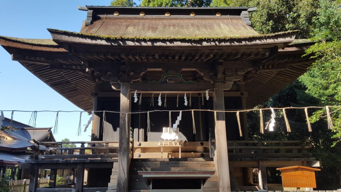 拝殿の右前方に小さくある御堂は「仮殿(かりどの)」といいます。 この仮殿は、本殿造営の際に一時的に神霊を安置するために使用される社殿です。  元和五年(1619年)に現在の本殿が造営される際に本殿と同時に建立されたもので、国の重要文化財に指定されています。