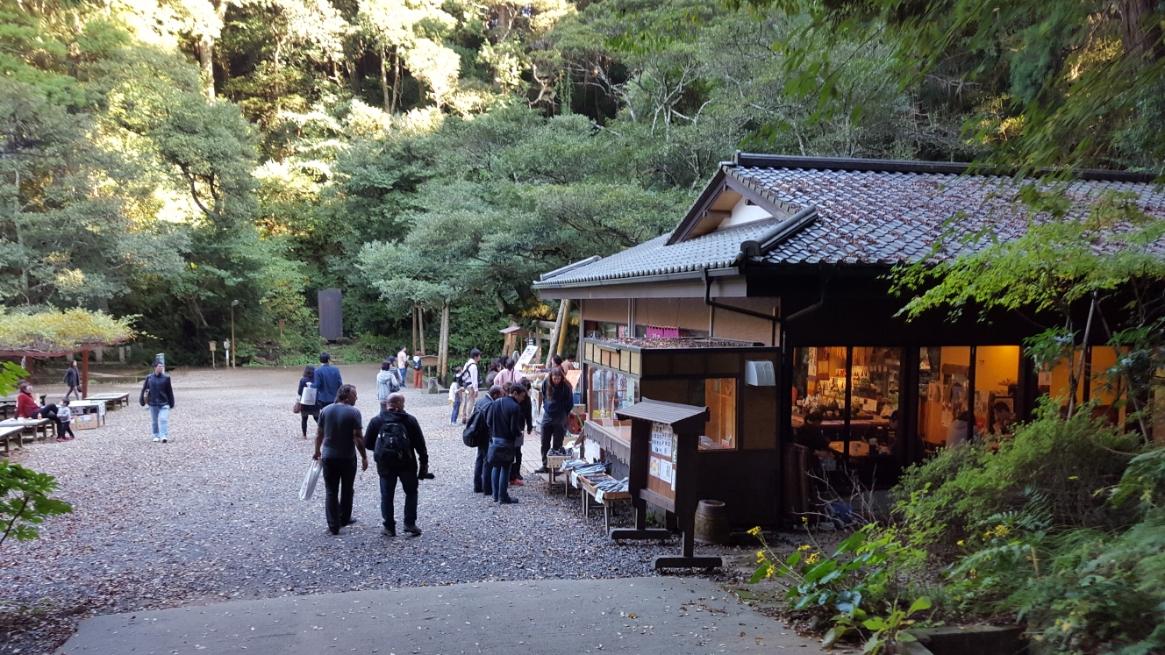 そして、「御手洗池」の前にある茶屋が見えました!ここでは、店内では御蕎麦等が頂け、店前では団子が販売されていました。