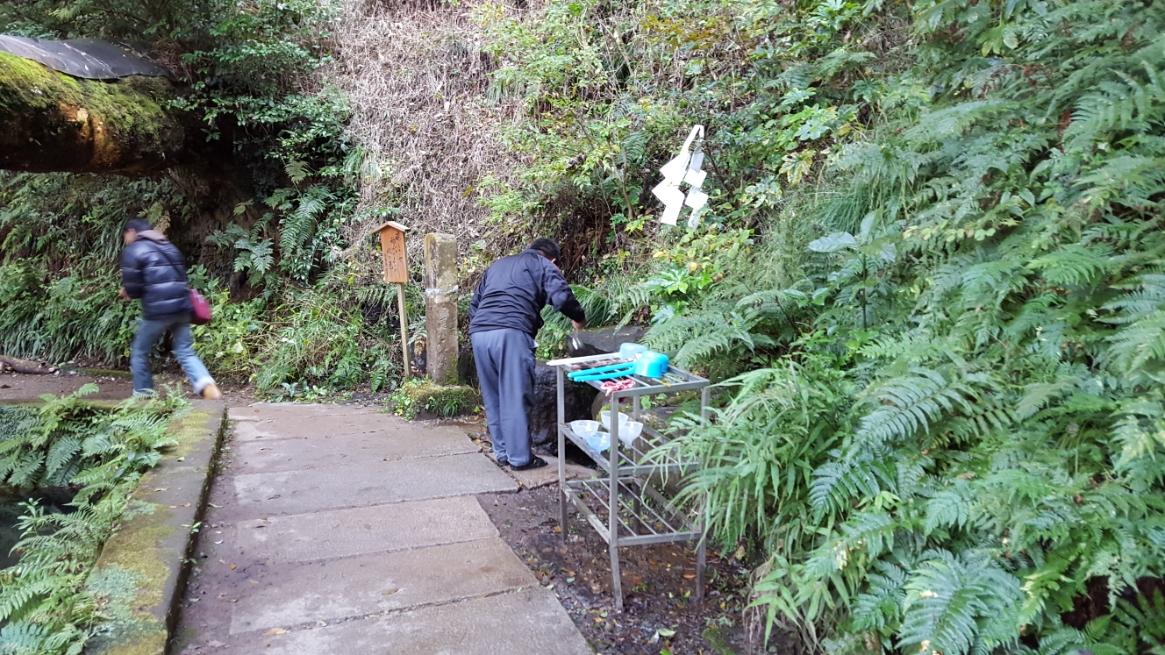 「御手洗池」に流れ込む湧き水の源流が側にあり、柄杓で多くの人が口をゆすいでいました。