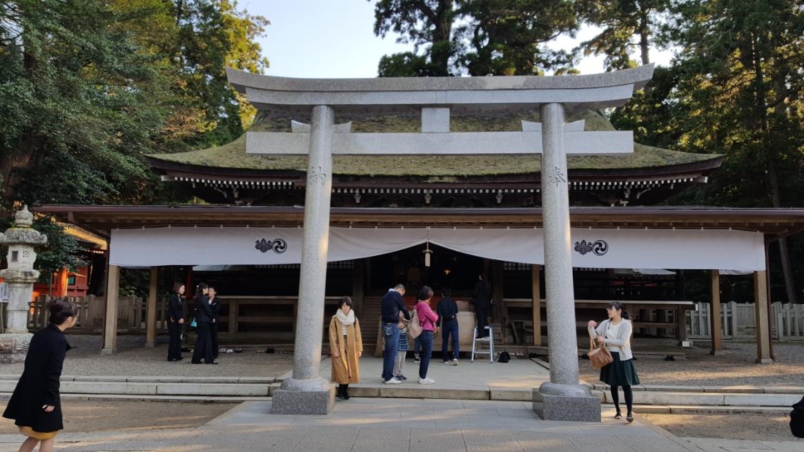 そして、ようやくの「本殿」への参拝を行います。 境内に入ると直ぐにある「社殿」は、国の重要文化財に指定されており本殿・石の間・幣殿・拝殿で構成されています。 写真は、拝殿を写したもので、江戸時代初期の元和五年(1619年)に江戸幕府二代将軍 徳川秀忠によって造営されたものです。 この「鹿島神宮」は、蝦夷(北海道)開拓?攻略?の前線であった為、北面した社殿は北方の蝦夷を意識した配置になっています。 また、これから「奥宮」へ向かいますが、元々は「奥宮」が本殿として使用されていました。