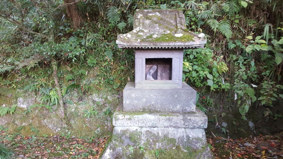 池(神社)の後ろにあった祠。