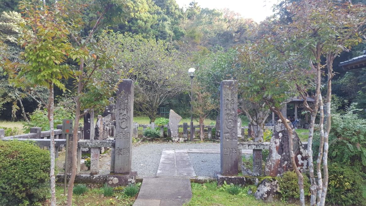 あっさりと「清左衛門地獄池」の観光が終わってしまったので隣接する(徒歩10秒)「観池山弁財寺」も見学します。 ちなみに、さっきのは神社で、これから寺を観ます。