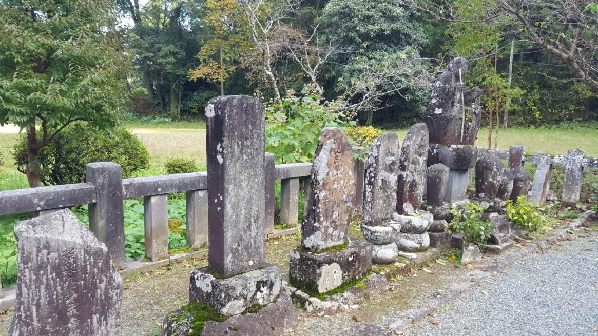 古い石碑や、仏像が並んでいます。 んっ??あの仏像なんか持ってる??