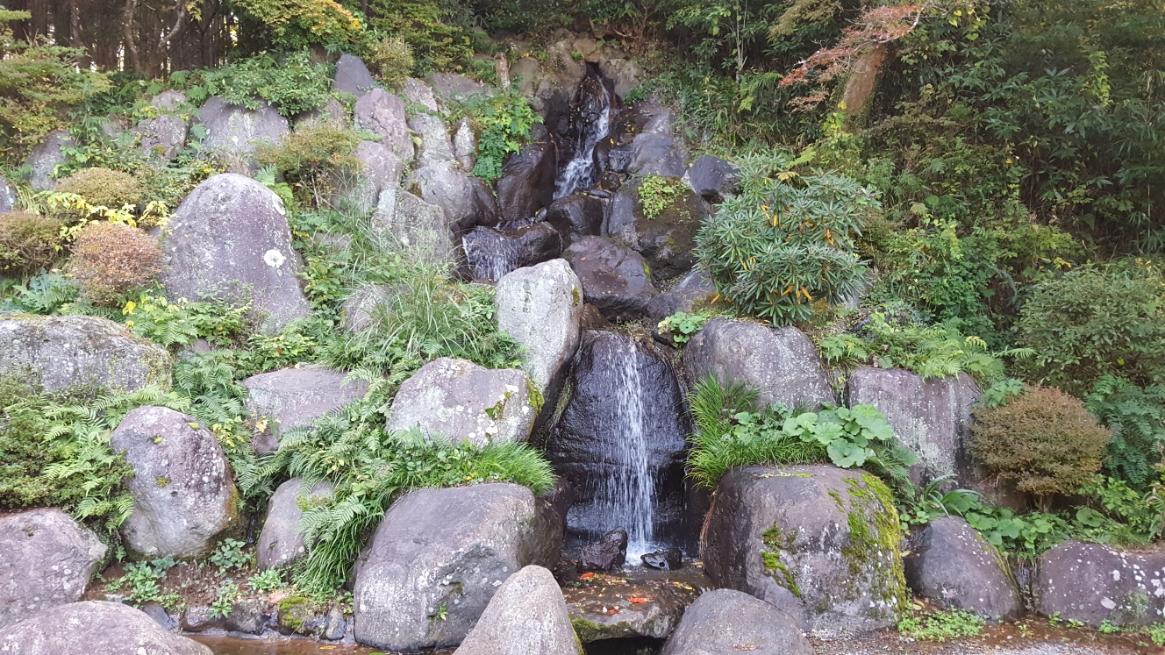 寺の裏には、「幸運の滝」なる人口の滝が流れています。 なんでも「清左衛門地獄池」の水を汲み上げて落としているそうです。