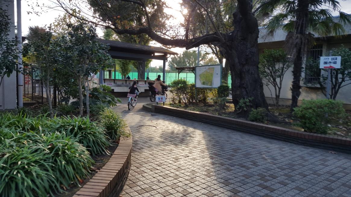 「野毛大塚古墳」は、公園の中にありますので公園内を進んでいきます。