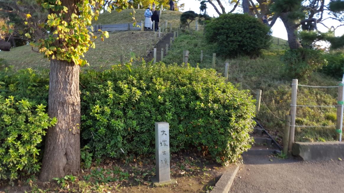 ありました!「野毛大塚古墳」です。 観て頂いてお分かり頂けるように関東では余り見ないサイズのかなり巨大な古墳です! この「野毛大塚古墳」は、5世紀初頭の古墳時代に築造されたもので、東京都の指定史跡に指定されており、出土品は、重要文化財に指定されています。 全長約82m、高さ11メートルと比較的大きな古墳です。