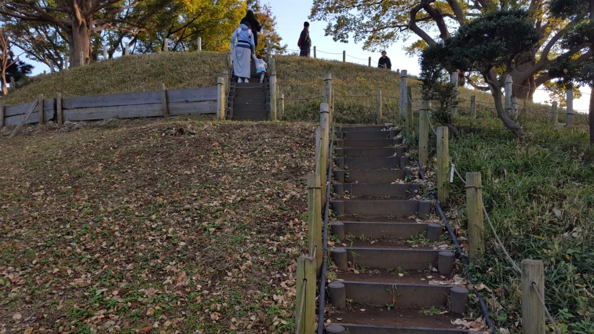 この古墳は綺麗に整備されており小さなお子さん連れの家族も散歩していたりしています。