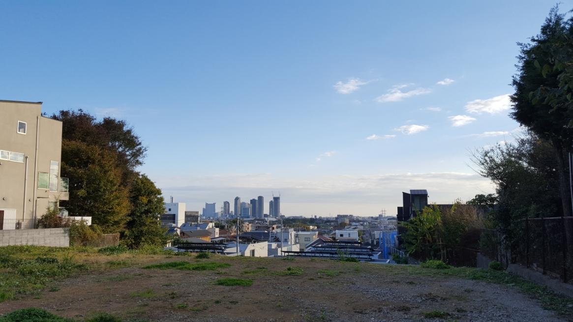 古墳見学後、また等々力渓谷に戻ります。 ふと更地になった場所から見える風景から、この場所は元々結構な高台に位置する場所だった事が分かります。