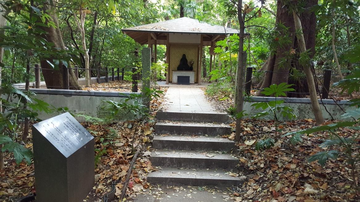 置かれた石版を読むと、この御堂は稚児大師御影堂といい、「稚児大師」像が祀られているそうです。