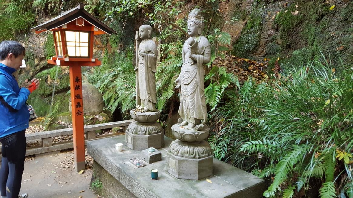 滝の手前には、たぶん観音様と御地蔵様だと思う石像が建立されていたので、ナムナムします。