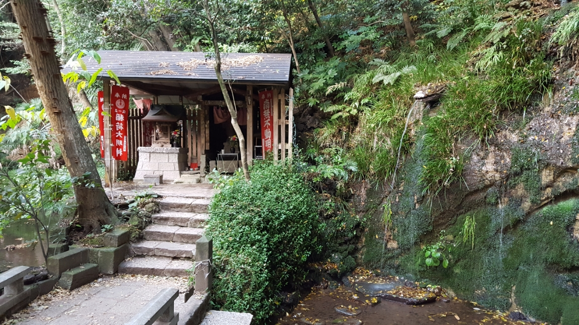 不動滝を挟んだ所に対岸からみた御堂があります。