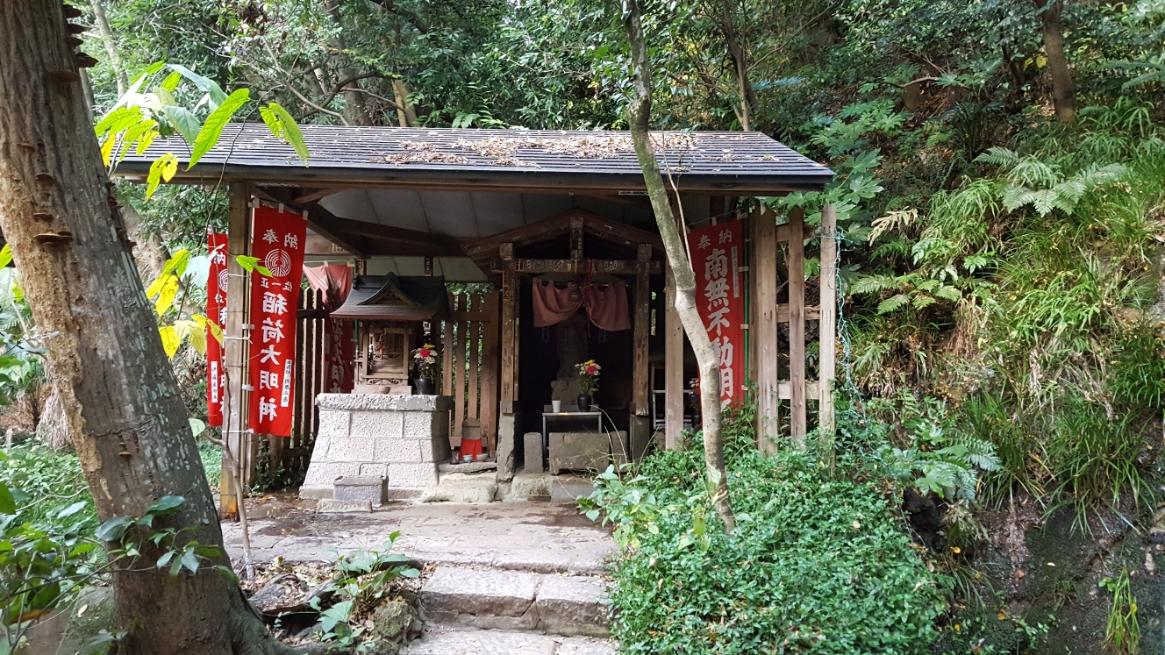 この御堂の中には、左が「稲荷神社」で右には「不動明王」が祀られています。 中々見れない神仏が一緒くたにされて祀られる御堂は、歴史背景を考えると面白いなぁと見てしまいます。