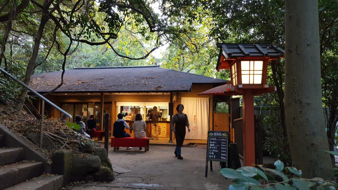 散策で少し疲れたので、滝の反対側にある茶屋「雪月花」さんでお茶をする事にします。