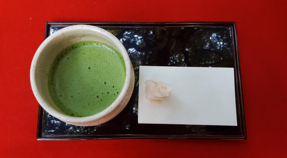 そして、きました! 「抹茶」に茶菓子が一つ付いて500円也!繁盛されているお店なので茶の味を全く期待していなかったですが、非常に美味しかったです!