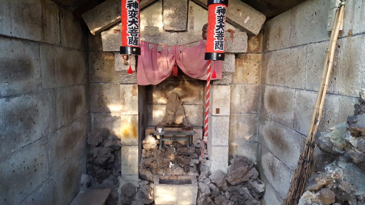 祠の中には、「神変大菩薩(じんべんだいぼさつ)」が祀られていました。 神変大菩薩とは、飛鳥時代の呪術者の事で藤原鎌足の病気を呪法によって治癒した伝説がある聖人・役小角(えんのおづの)の事です。 死後1000年の1799年に光格天皇によって「神変大菩薩」と諡を贈られ生前に活躍した近畿地方を中心に多くの信仰を集めています。 でも、なぜ「神変大菩薩」がここに祀られているのは分からなかったです。