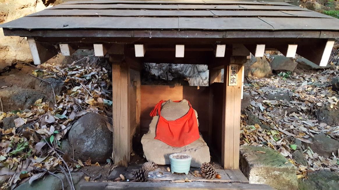 途中にある小さな祠には、ガマガエルが祀られています。