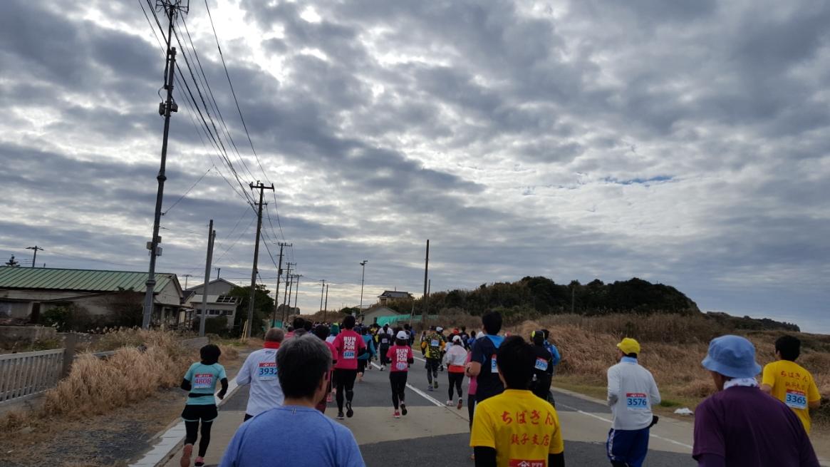 この「銚子さんまマラソン」はアップダウンが激しいと事前に聞いていたので、前回の「すいかマラソン」で失敗した前半猛ダッシュ、後半根性論作戦ではなく、終始スローペースで走る事を心がけました! 周りに釣られて早くなると「自制!」を意識して!