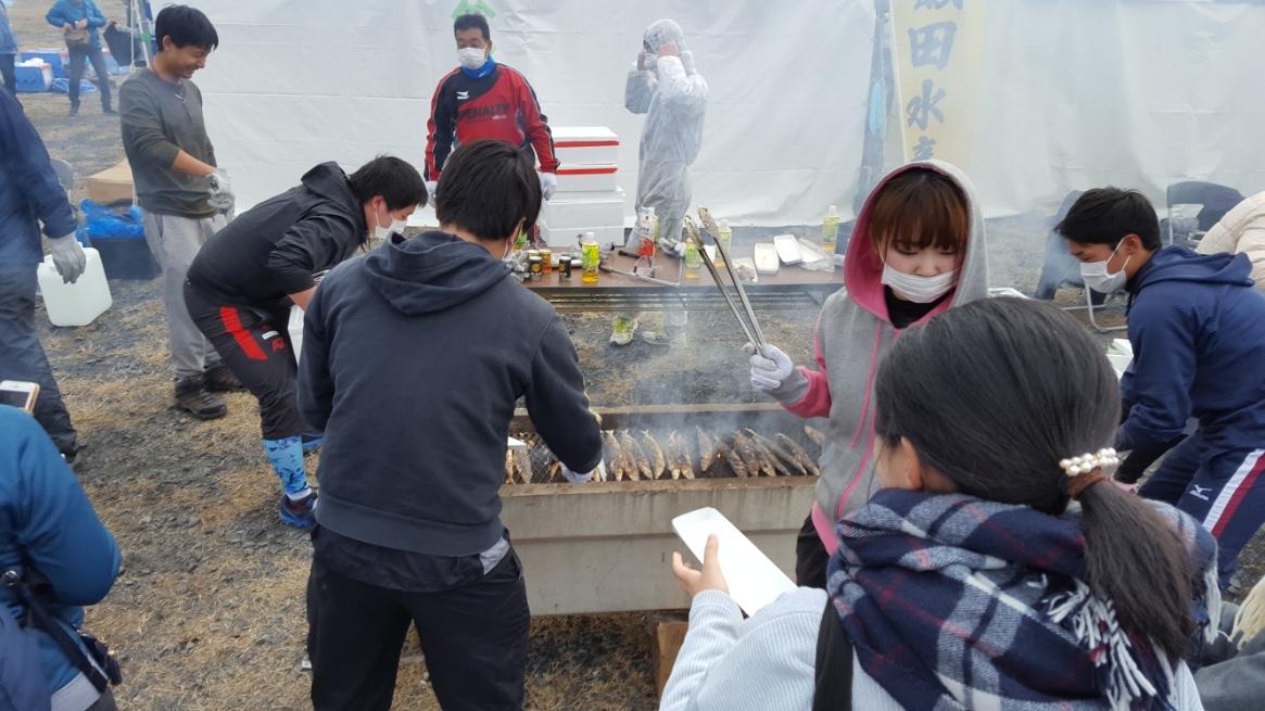 秋刀魚を大量に焼く為、土管?を逆さまにした特製の焼台で焼いておりBBQ感が出ていて楽しそうです!