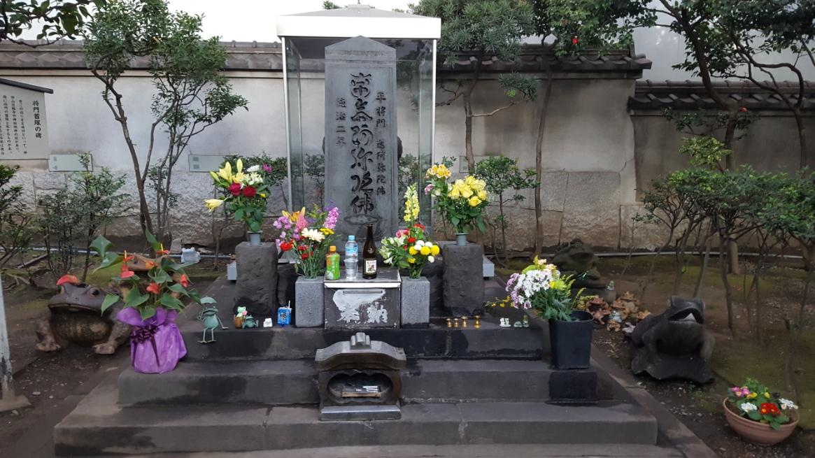 表に見える「南無阿弥陀仏」の石碑の裏に現在大規模工事中の為、「平将門の首塚」はガラスケースに守られていました。 西日本では、祟りをなす恐ろしい存在として知られる将門は、関東では弱気を助け強きを挫く英雄として尊敬と畏怖を持って信仰される存在となっております。