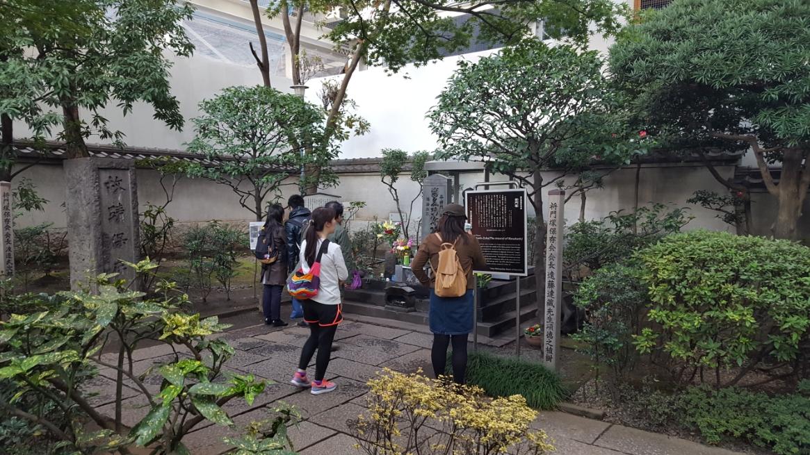 入って20歩ほどで首塚は有ります。 この日は別に何かある日でも無いですが、多くの参拝客が来ており塚周辺はお供えで撒かれた日本酒の臭いが立ち込めておりました。