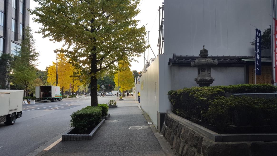 先ず、平将門の首塚が安置される場所の異様さから見ていくと、首塚を正面に見て左手に皇居があります。