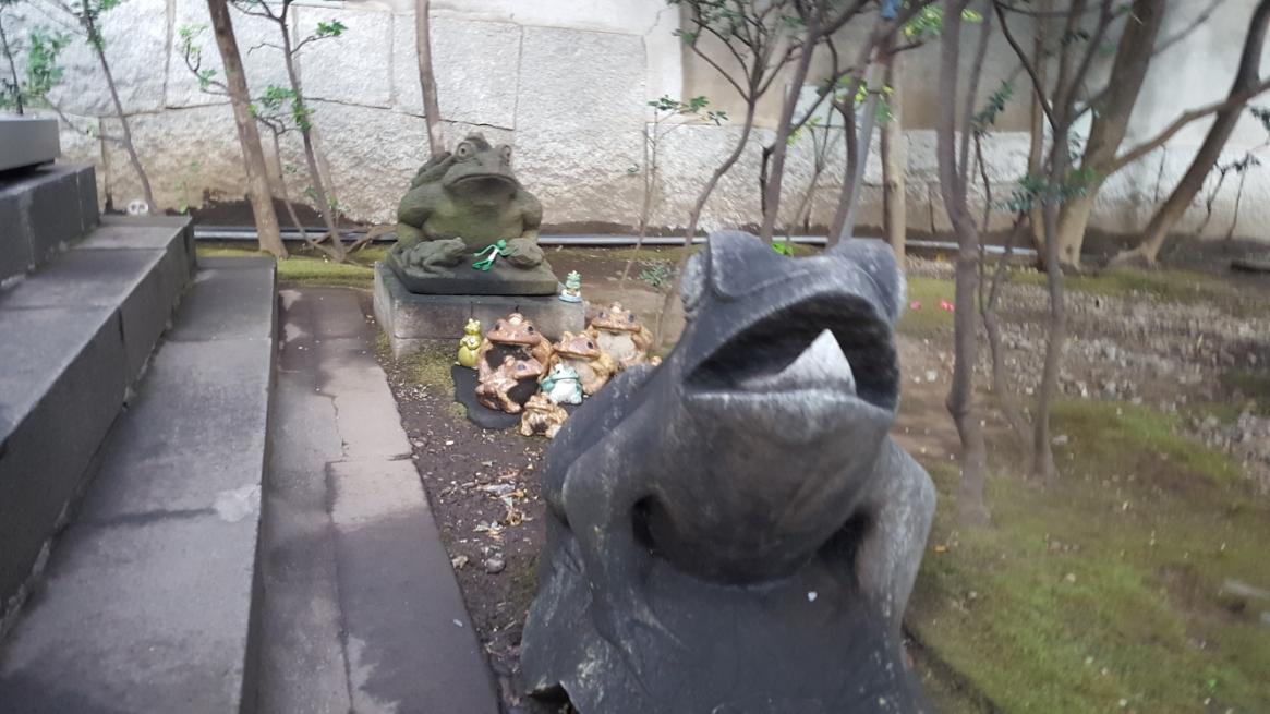 カエルの石像が首塚横に安置されていますが、これが一体なんなのかは不明です。