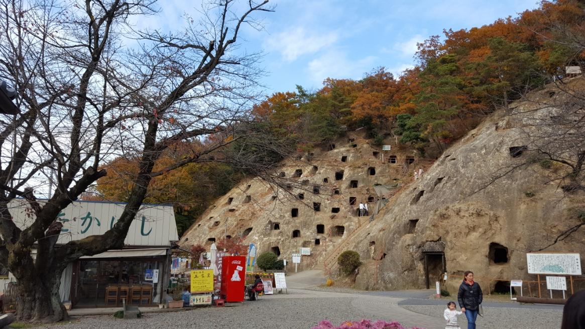 中に入ると「吉見百穴」前には御土産屋さんも立っており観光地となっています。