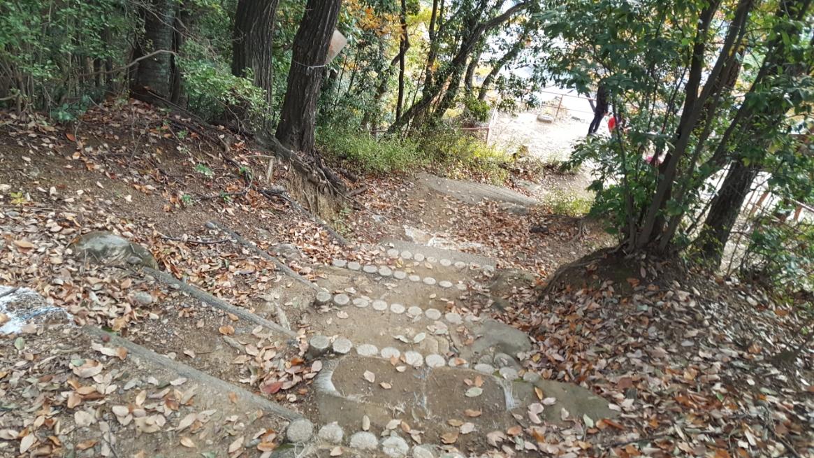 頂上を満喫後、「吉見百穴」がある斜面に向けて下山を開始します。