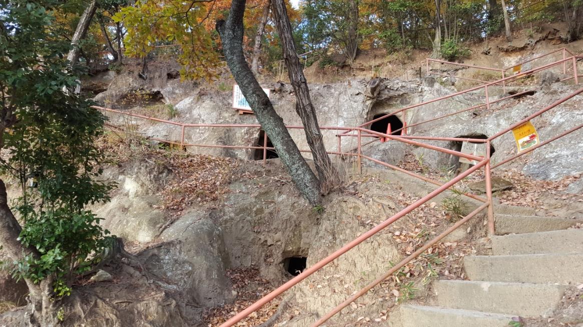 横穴墓の見学後、一旦山を下ります。
