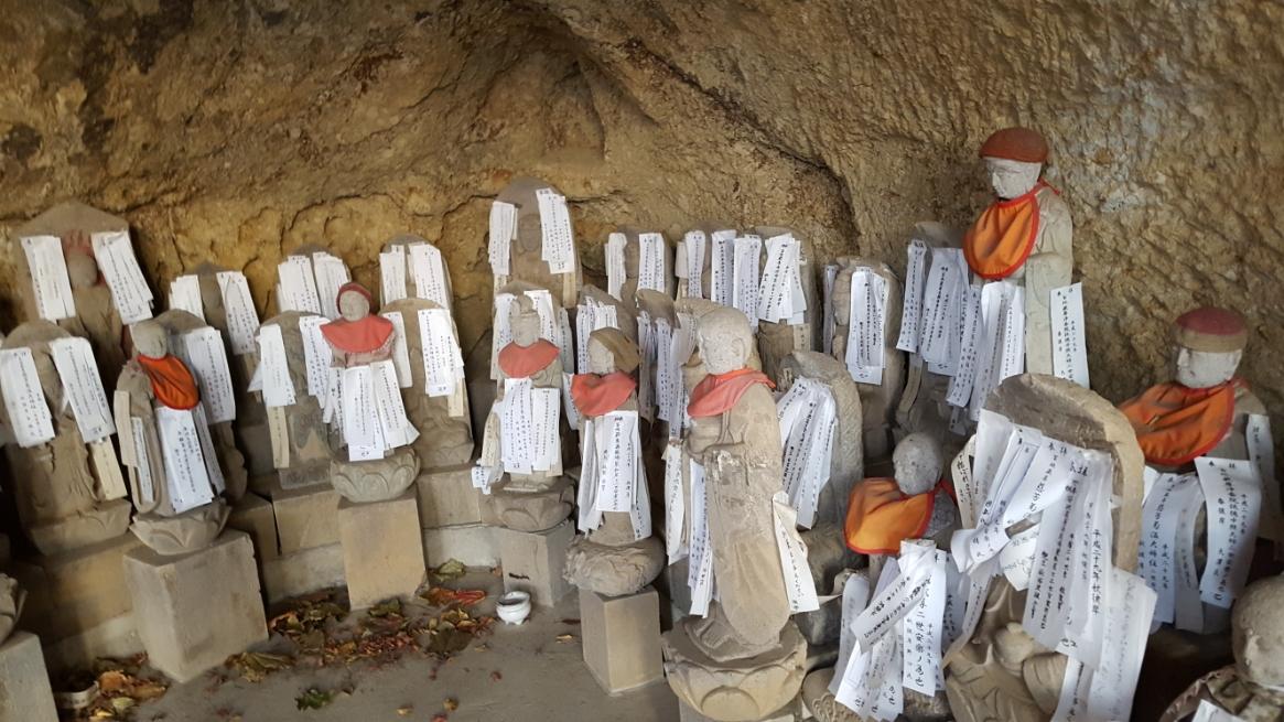 石段を上り、観音堂真下には、八十八体の石仏が納められておりました。 これは四国八十八箇所の霊地に建てられた本尊を模した物で、ここでお参りする事で御遍路さんと同様の御利益が有ると言われております。