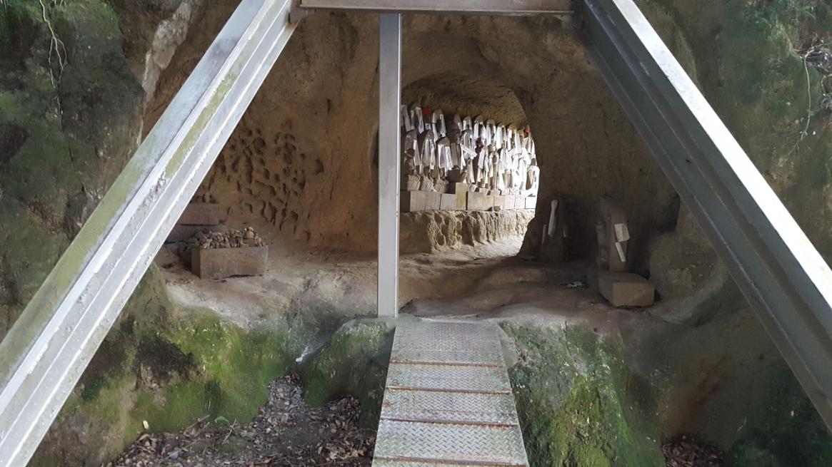 八十八体の石仏を納めるには観音堂真下だけでは足りなかった為か、真横の崖をくり抜いた場所にも石仏が安置されているのが見えます。 この写真に写る鉄骨は、恐らく不安定な御堂を固定する為のものと思われます。