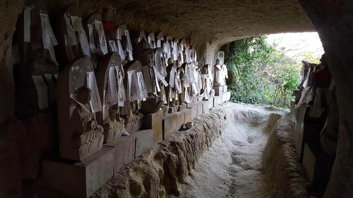 全ての石仏には御札が貼られておりました。 なんとも奇妙な光景ですが、一人で訪れるには「ちょっと怖いなぁ」と思わざる負えません。