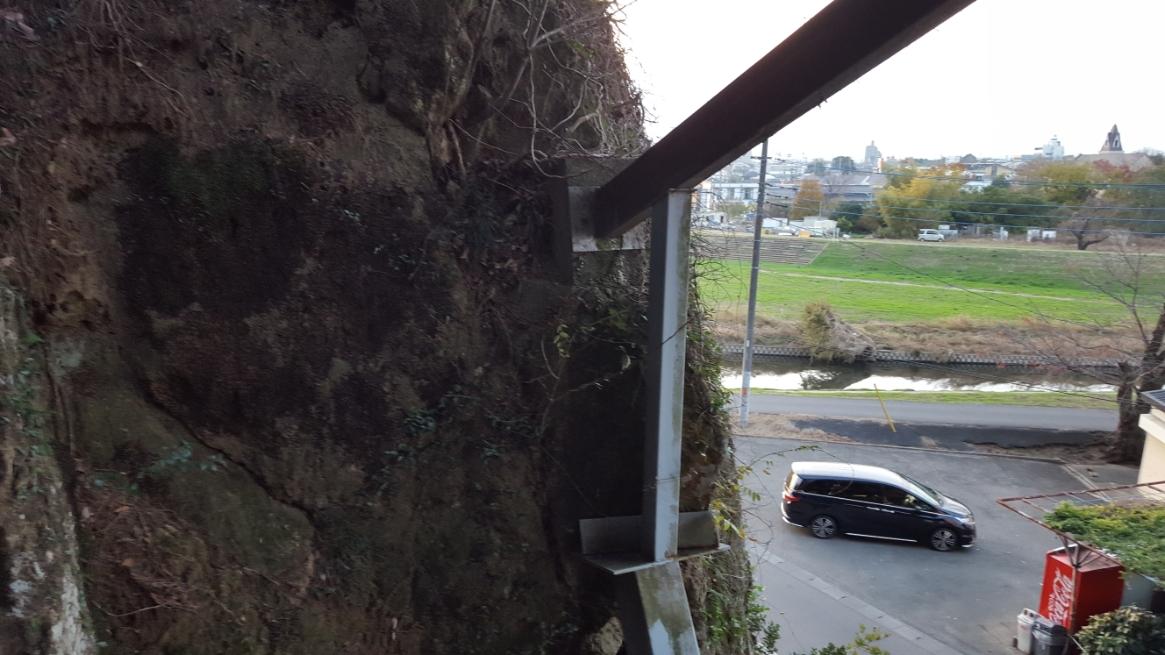 この御堂は、耐震の為なのか不安定なのか至る所に太い鉄骨で補強されており、高所恐怖症の人が2階に上がると若干怖いです。