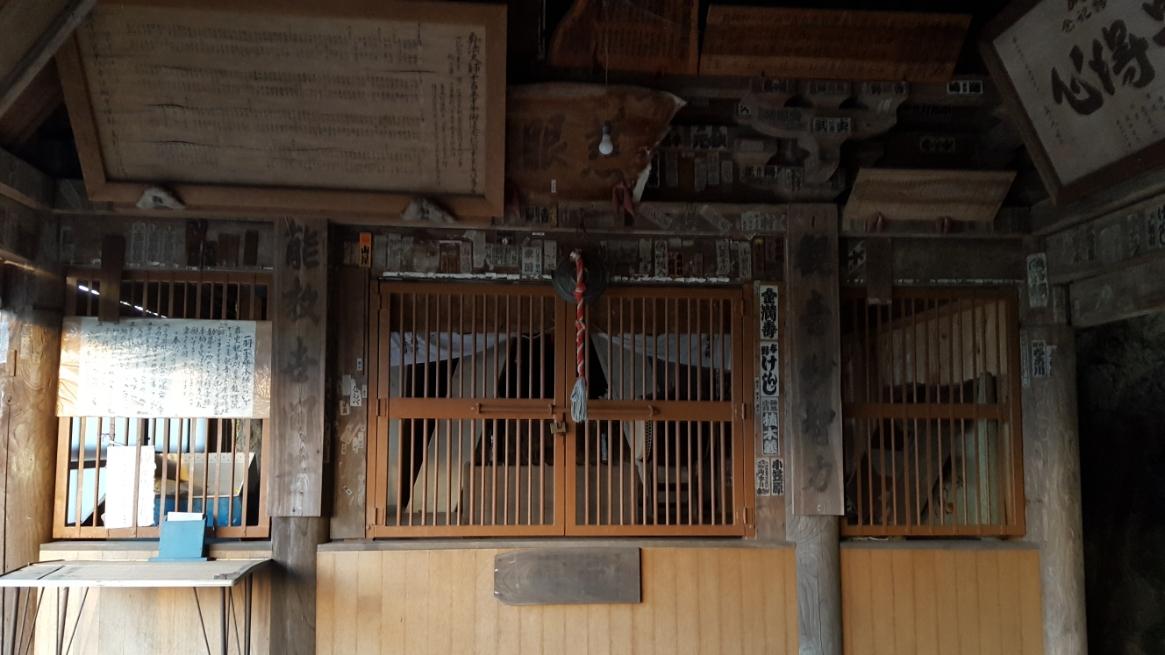 この祭壇内には、武蔵松山城主が代々信仰し護持したと伝えられている弘法大師が彫刻したと高さ一尺一寸(36.4cm)の観音像が岩窟に納められております。 この御堂は、弘仁年間(810~824年)に始まったと伝わりますが、元々あった御堂は天正18年(1590年)豊臣秀吉が関東に出陣した際に武蔵松山城の落城に伴い全焼してしまった為、江戸時代の寛文年間(1661~1673年)に近郷の信者の助力を得て再建されたもので、江戸時代には珍しい懸造り様式となっております。 ちなみに、「岩室観音堂」は、近くにある寺院「龍性院」の境外仏堂です。