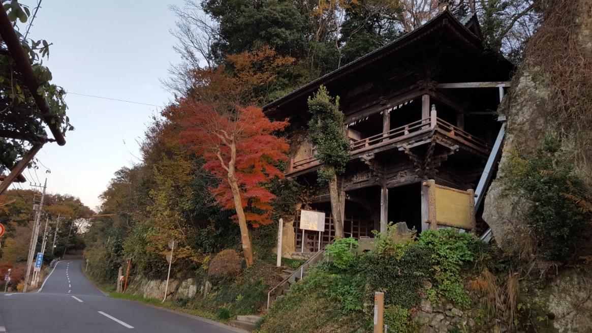 このは、遥か昔に廃城となっている松山城址の麓にあり、「吉見百穴」もそうでしたが、穴凹だらけの崖の間にひょっこりと顔を出している寺院がそれとなっております。