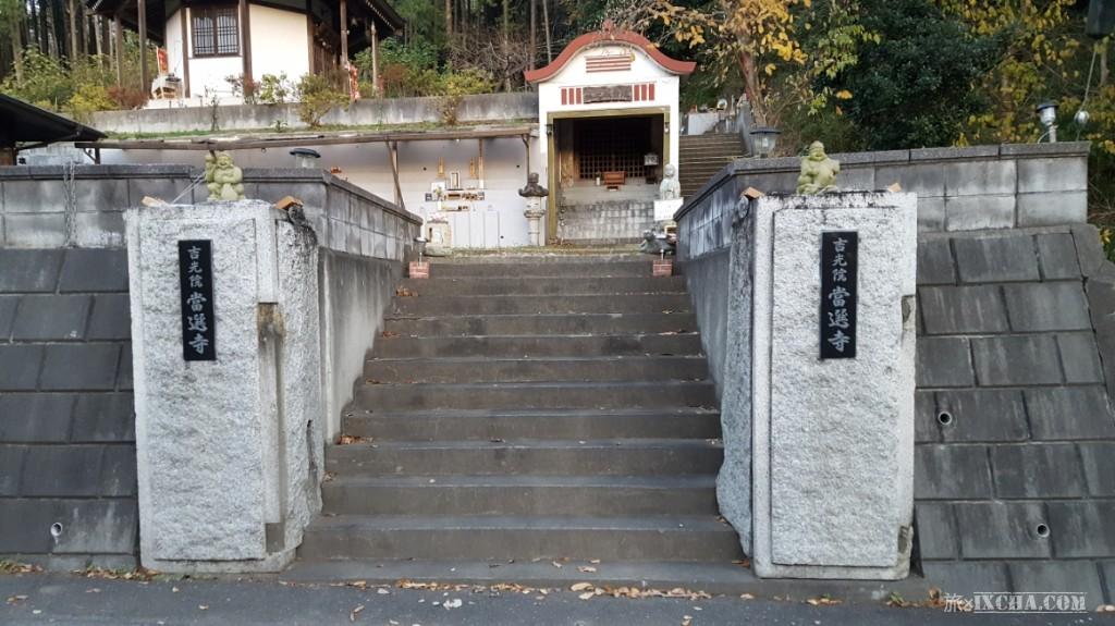 コンクリート造りの門構えを見て、「入って良いのかな??」と不安に思いながら、一歩踏み出してみました。