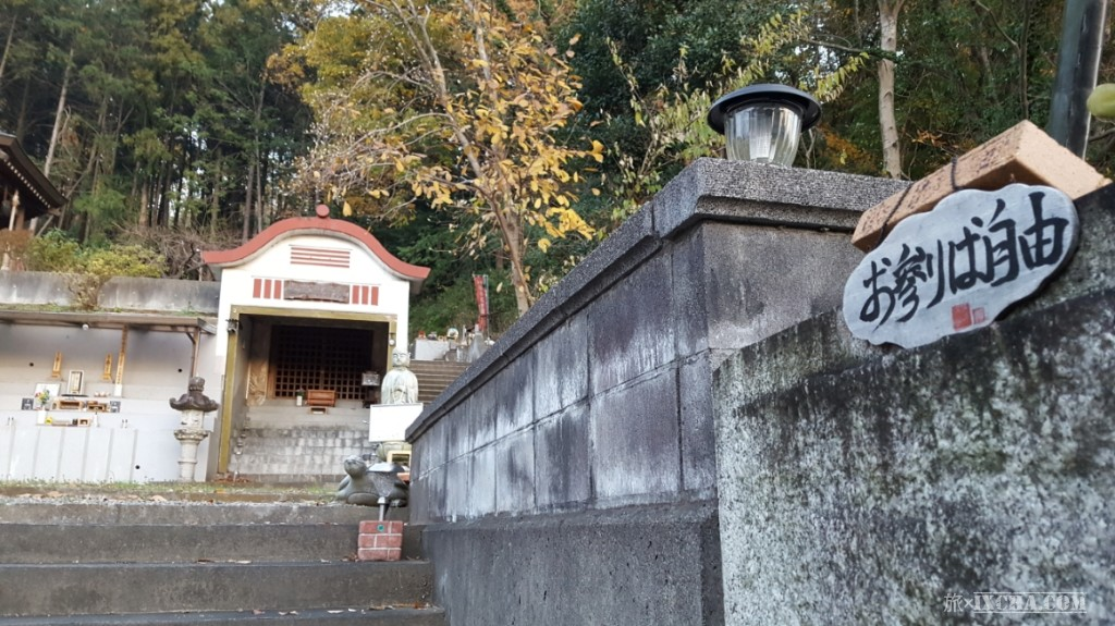 門の横にある「お参りは自由」の文字に、ちょっとホッとしながら中に入ります! 以前に奇天烈な寺院に入って撮影していた所、言葉に出来ない恐ろしい体験をしたので正直、この空間に入るのに、この看板が無ければ結構ドキドキしながら入ることになったと思います。