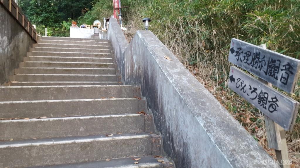 こんな寺院ですが、・・・・失礼、この寺院は山の斜面を切り開いた場所に建立されており社務所等があるのが麓とすれば山の中腹にある「承理観世音菩薩」と「ぴんころ観音」へ参拝に向かいます。
